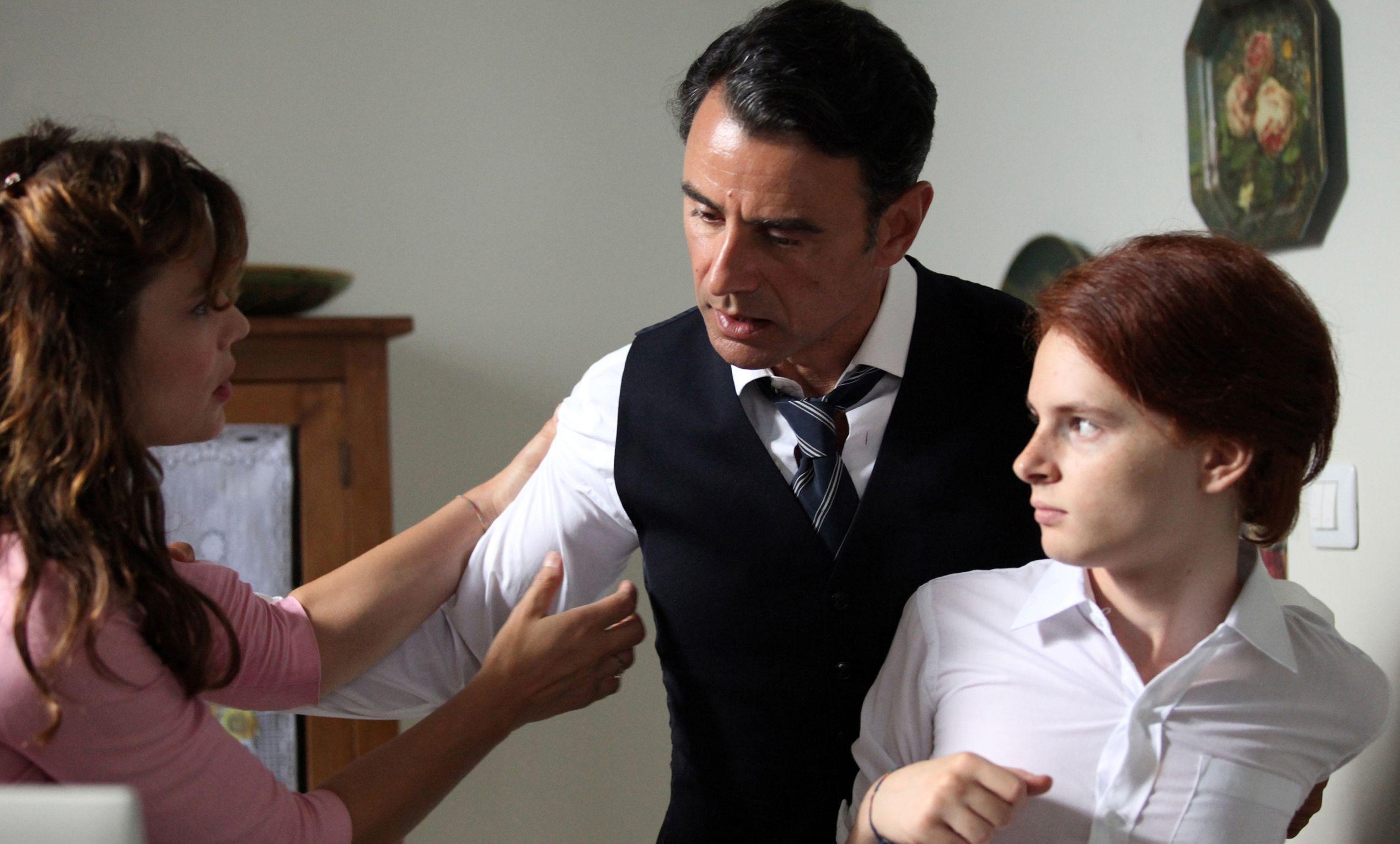 Più buio di mezzanotte: Davide Capone, Vincenzo Amato e Micaela Ramazzoti in una scena