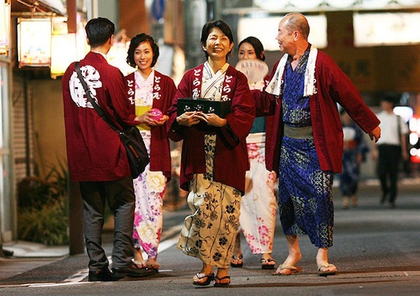 Rokugatsudou no sanshimai: una scena corale del film