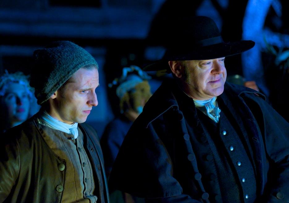 TURN: Jamie Bell e Kevin McNally in una scena dell'episodio Who By Fire