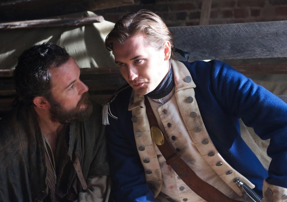 TURN: Seth Numrich e Daniel Hanshall nell'episodio Who By Fire