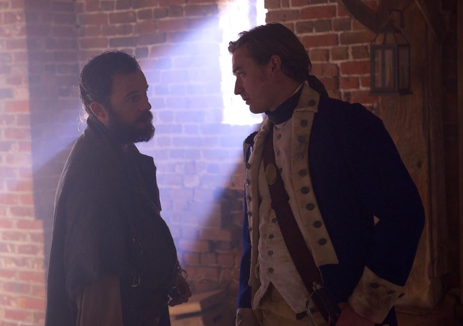 TURN: Seth Numrich e Daniel Henshall in una scena dell'episodio Who By Fire