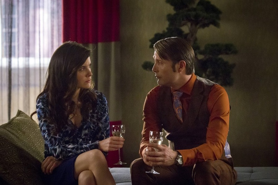 Hannibal: Mads Mikkelsen e Caroline Dhavernas in una scena dell'episodio Ko No Mono
