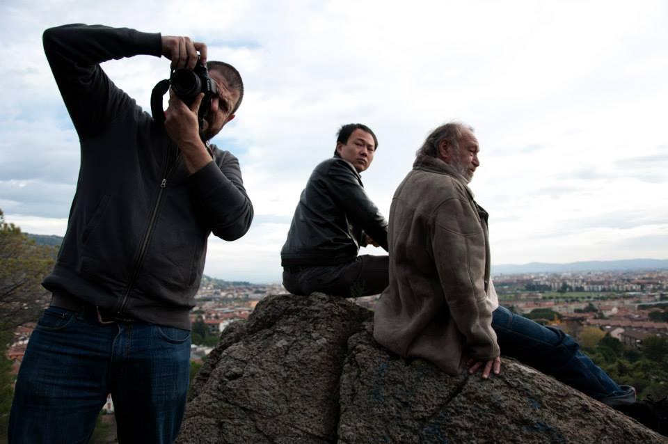 Sogni di gloria: Xiuzhong Zhang, Carlo Monni e Luke Tahiti impegnato a scattare una foto