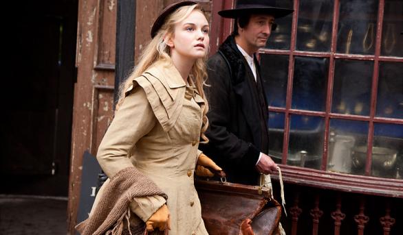 Joanna Vanderham in un momento della serie The Paradise
