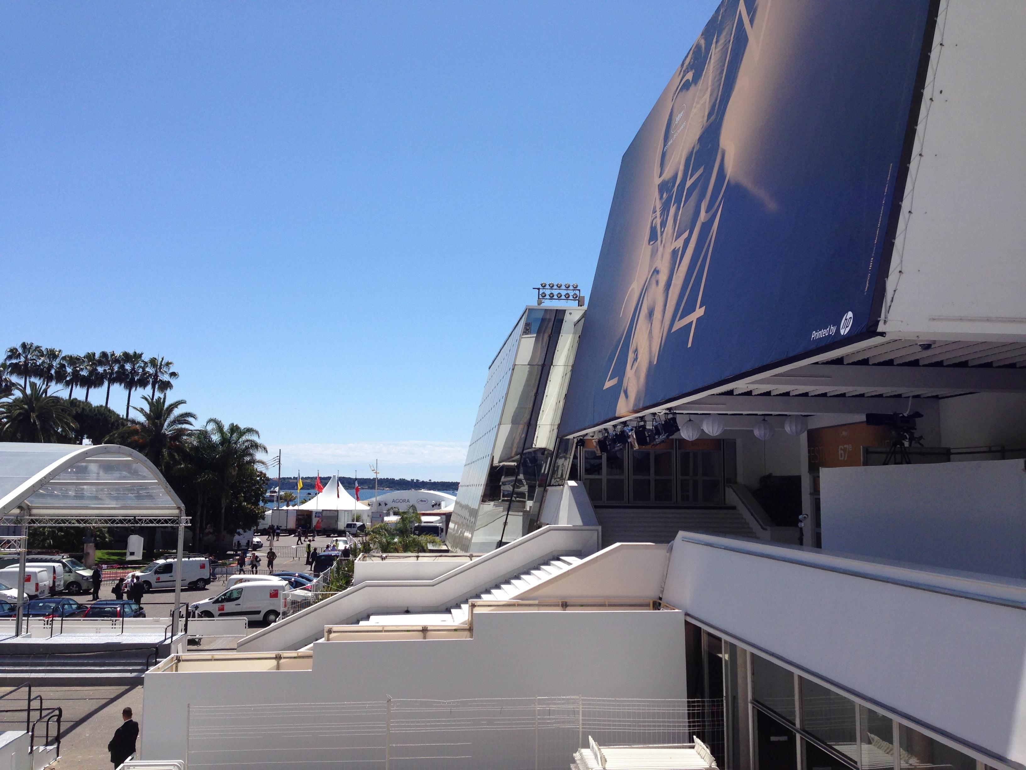 Cannes 2014: l'entrata del Grand Theatre Lumiere vista dal balcone della sala stampa