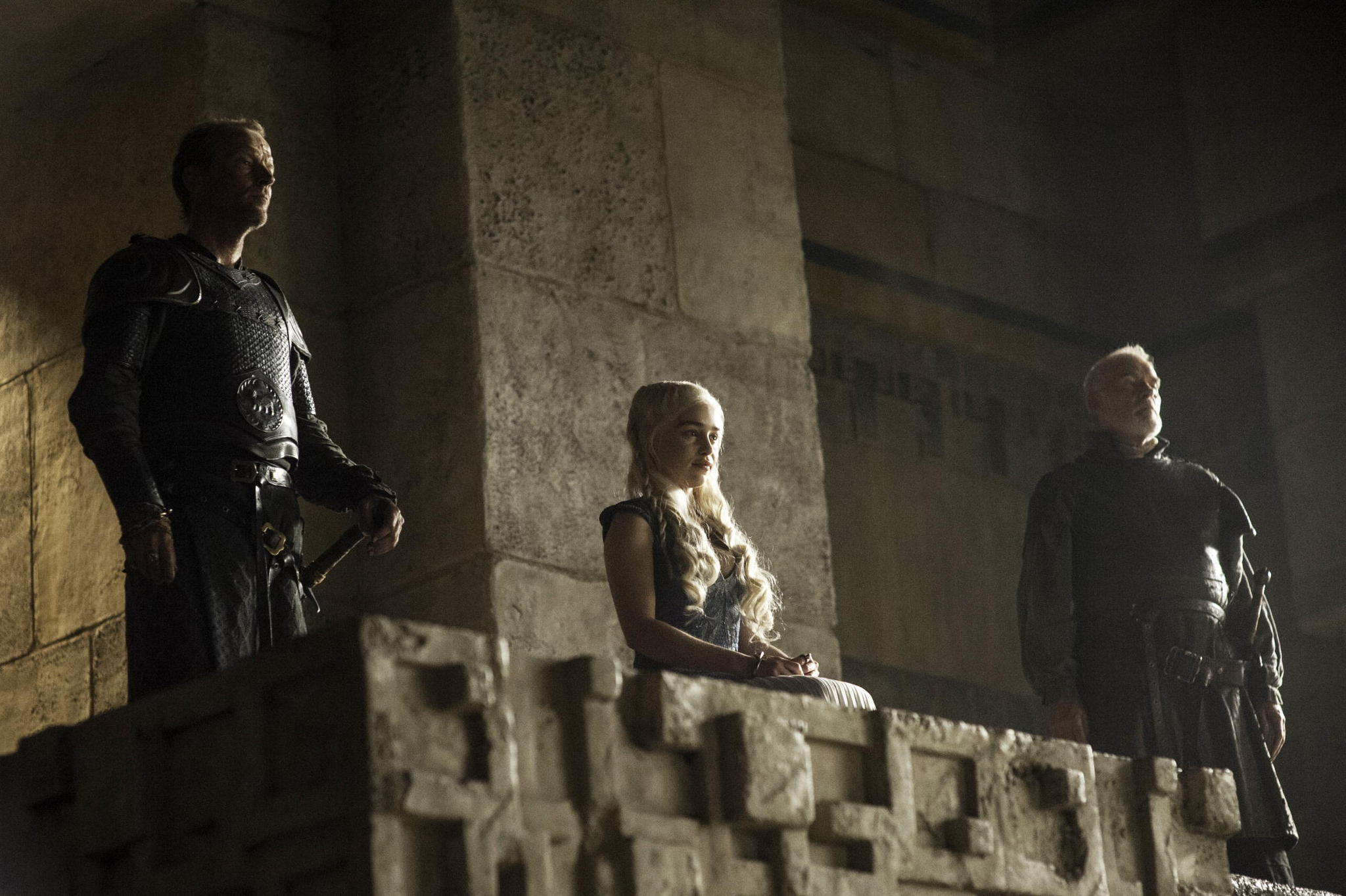 Il trono di spade: Emilia Clarke, Iain Glen, Ian McElhinney nell'episodio The Laws of Gods and Men