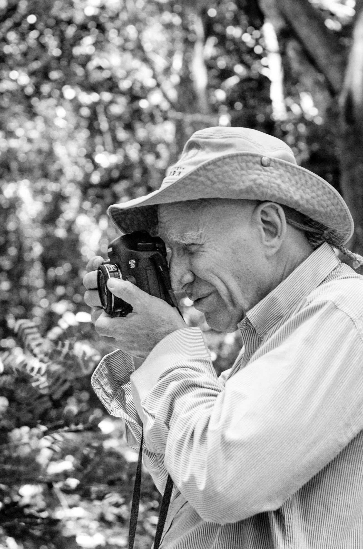 Il Sale della Terra: il fotografo Sebastião Salgado in una scena del documentario a lui dedicato