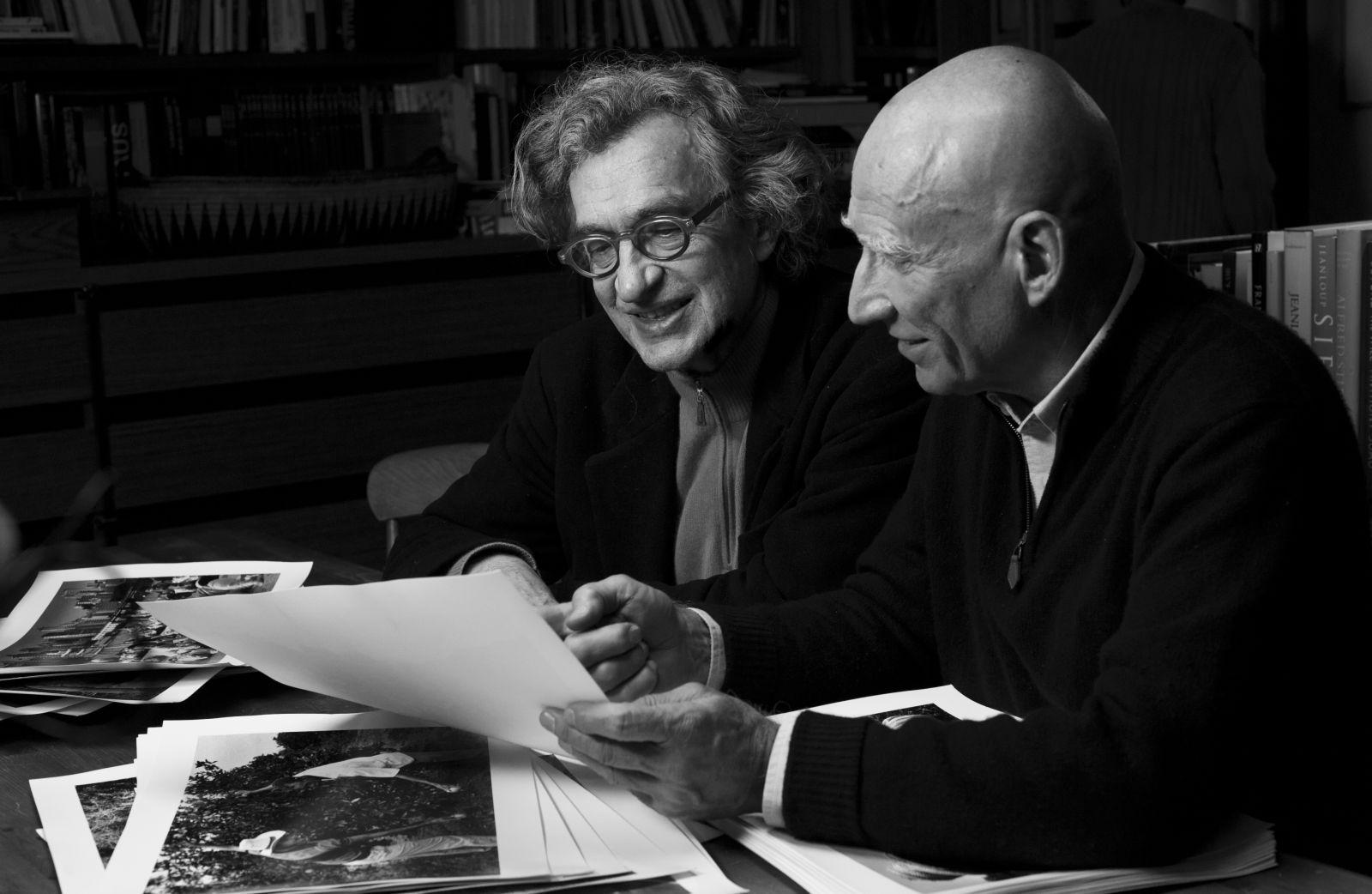 Il Sale della Terra: Wim Wenders in una scena del documentario con il fotografo Sebastião Salgado