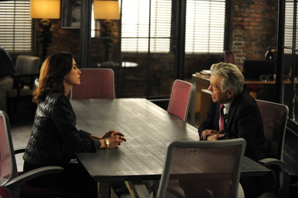 The Good Wife: Julianna Margulies e Tom Skerritt nell'episodio The One Percent