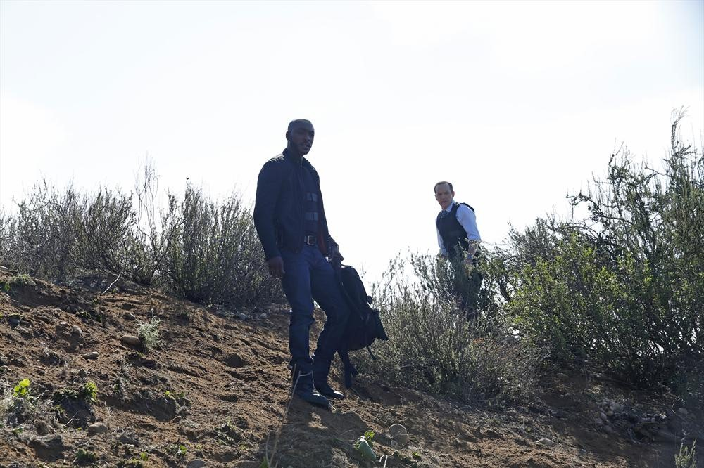 Agents of S.H.I.E.L.D.: Clark Gregg con B.J. Britt in un momento dell'episodio Beginning of the End