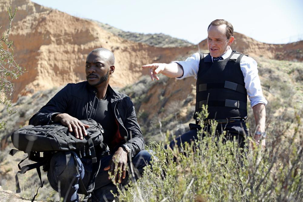 Agents of S.H.I.E.L.D.: B.J. Britt e Clark Gregg in una scena dell'episodio Beginning of the End