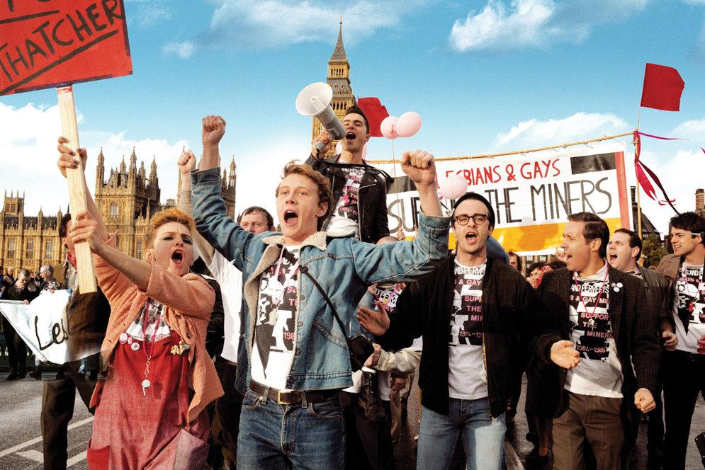 Pride: George MacKay con Joseph Gilgun in una scena del film
