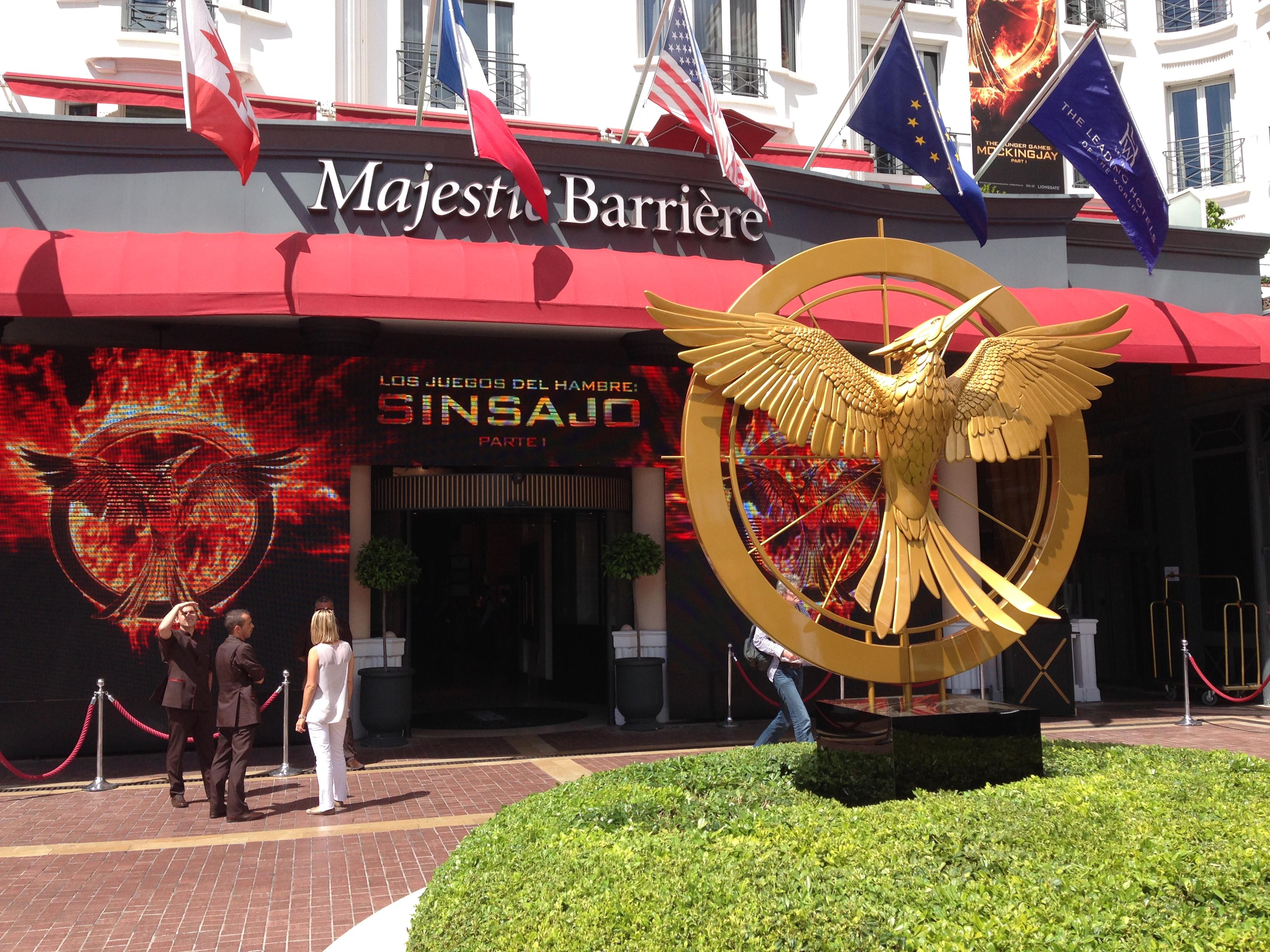 Hunger Games e il canto della rivolta è uno dei film più pubblicizzati di Cannes 2014, qui siamo all'entrata del Majestic