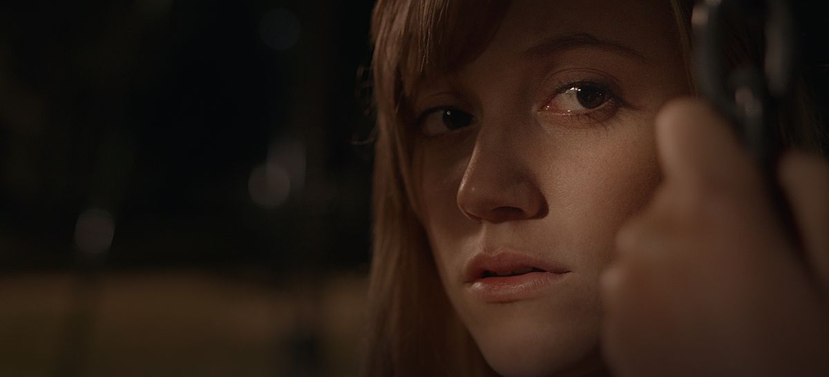 It Follows: Maika Monroe in una scena