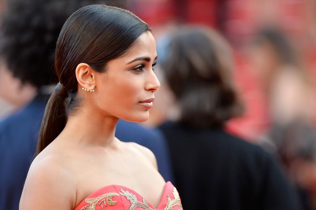 Freida Pinto sul tappeto rosso di Cannes 2014