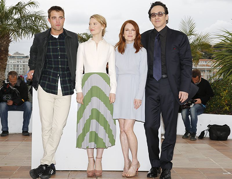 Maps to the stars: Julianne Moore con Mia Wasikowska, Robert Pattinson e John Cusack durante il photocall a Cannes 2014