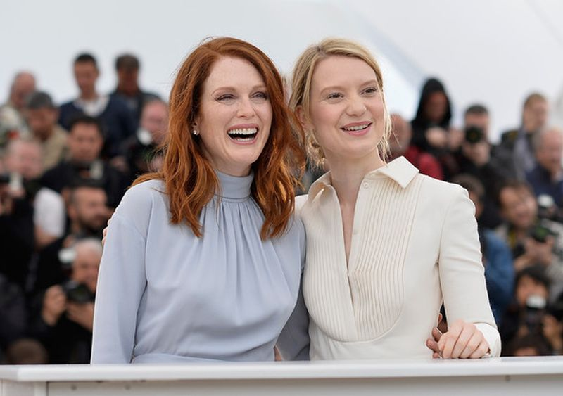 Maps to the stars: Julianne Moore con Mia Wasikowska posano sorridenti durante il photocall a Cannes 2014