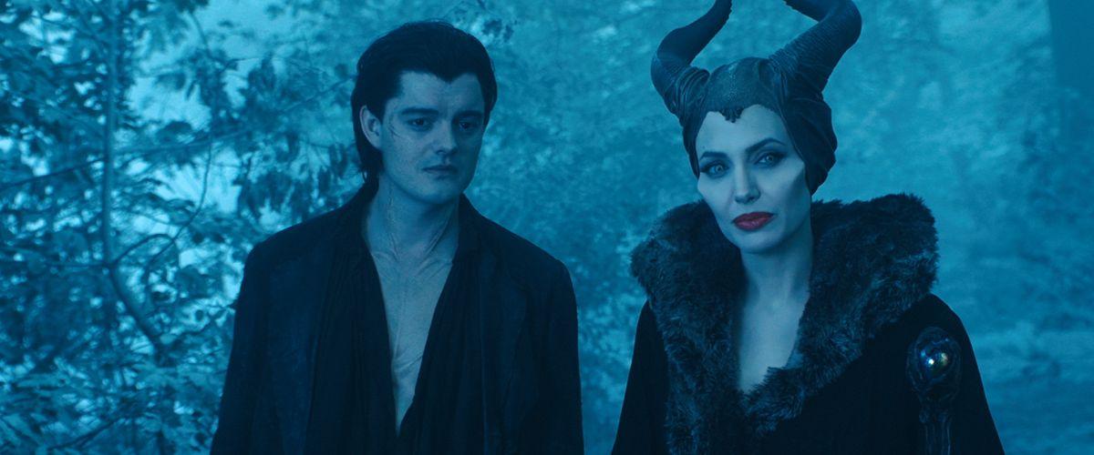 Maleficent: Angelina Jolie con Sam Riley in una scena del film
