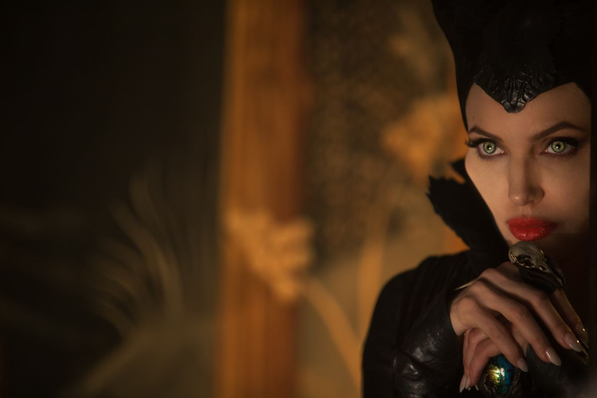 Maleficent: Angelina Jolie in un'intensa scena del film