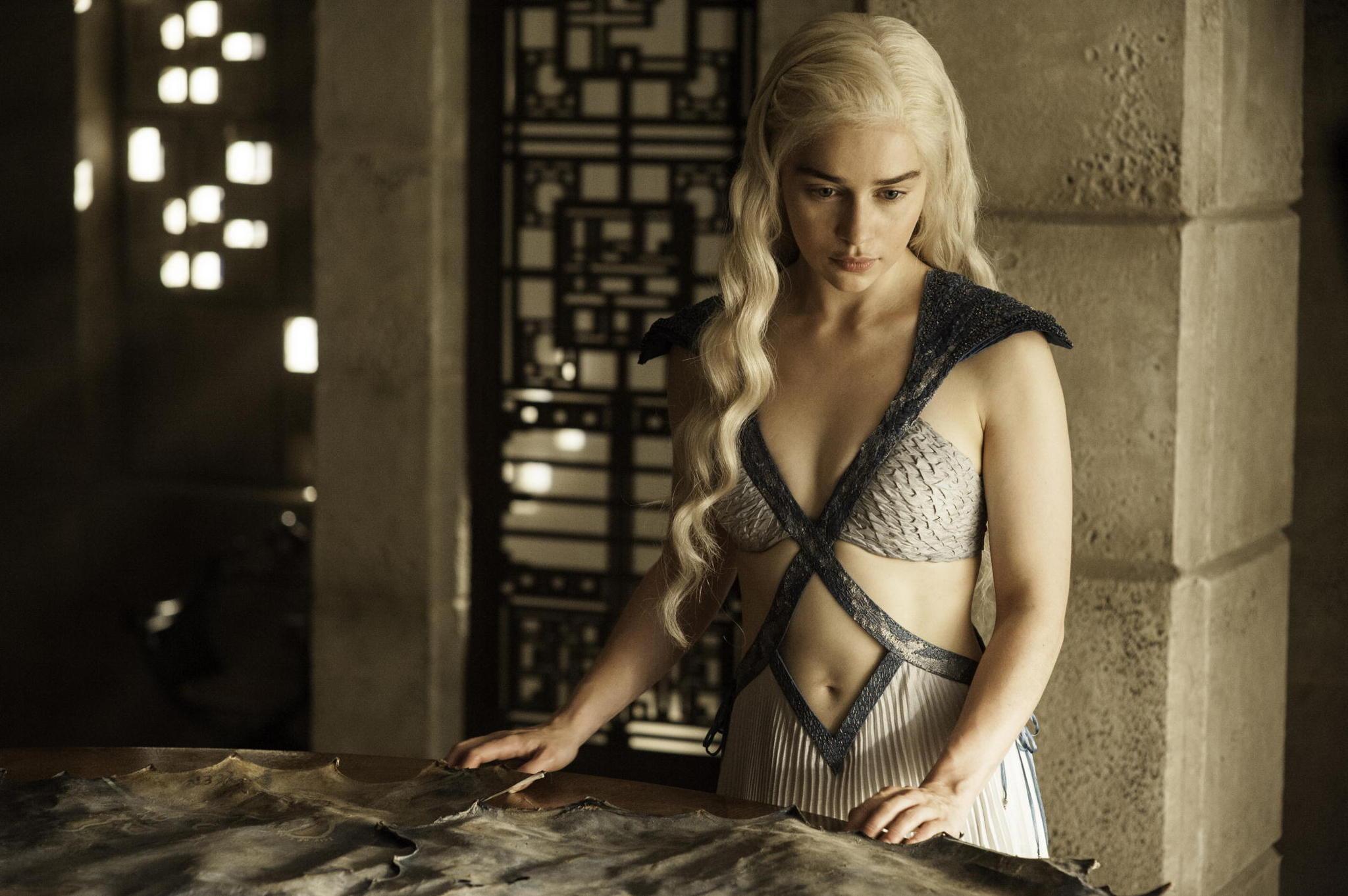 Il trono di spade: Emilia Clarke in una scena dell'episodio Mockingbird