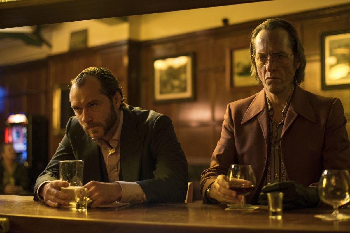 Dom Hemingway: Jude Law insieme a Richard E. Grant al bar in una scena