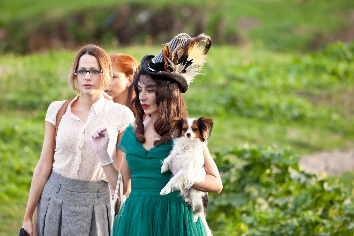 Pane e burlesque: Sabrina Impacciatore insieme a Laura Chiatti in una scena del film