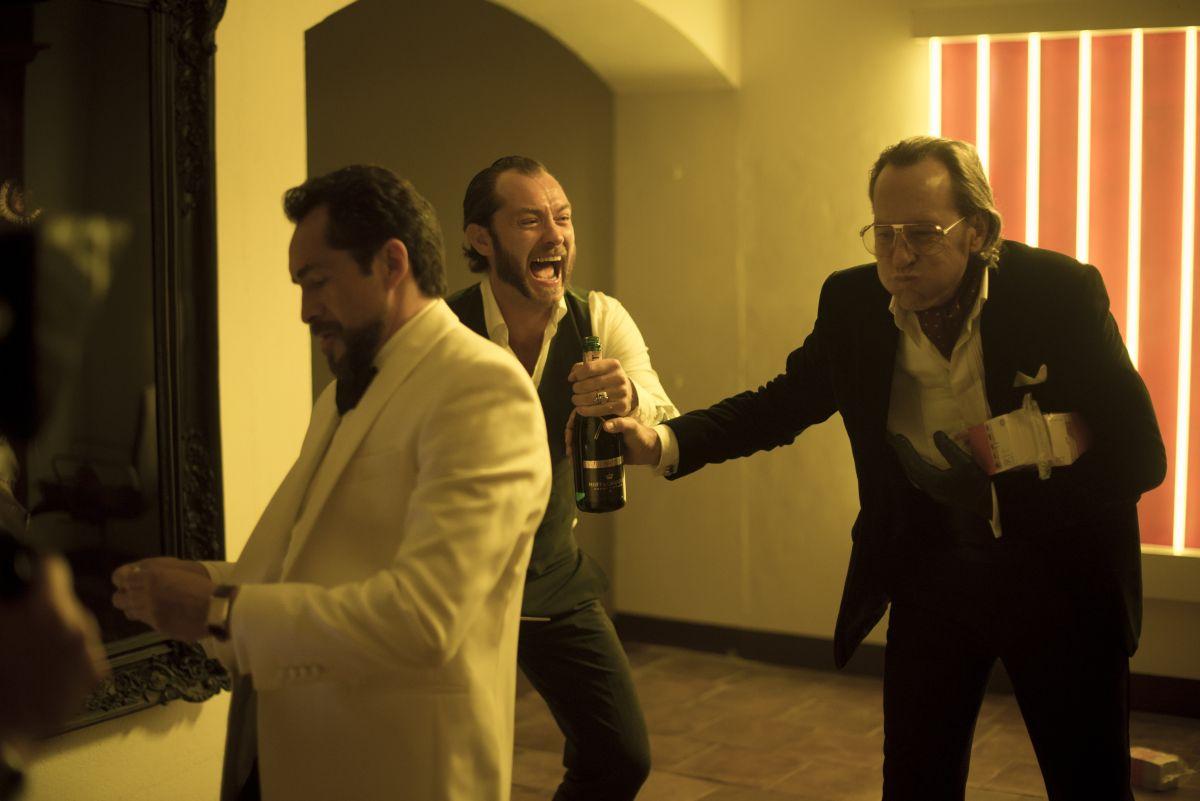 Dom Hemingway: Jude Law con Richard E. Grant in una divertita scena