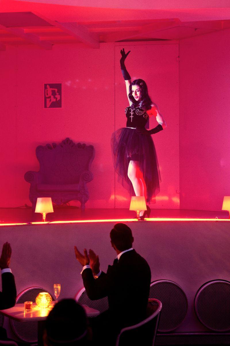 Pane e burlesque: Sabrina Impacciatore nei panni di Mimì La Petite in una scena del film