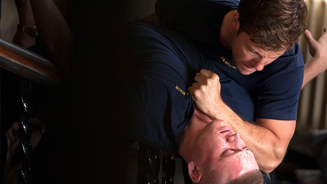 The Smoke: Jamie Bamber in una scena del sesto episodio della prima stagione
