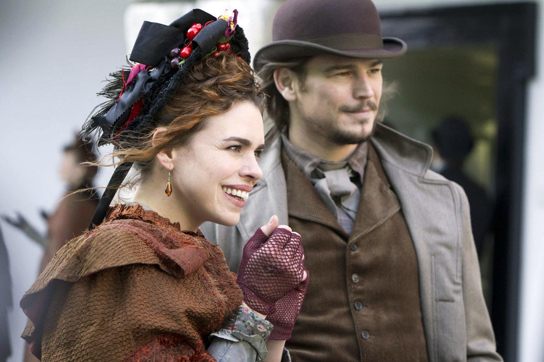Penny Dreadful: Billie Piper e Josh Hartnett in una scena dell'episodio Séance