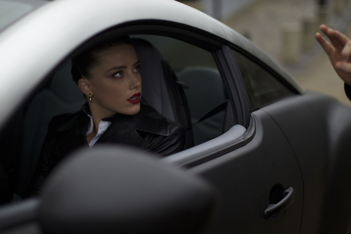 3 Days to Kill: Amber Heard in una scena del film nei panni di un agente segreto