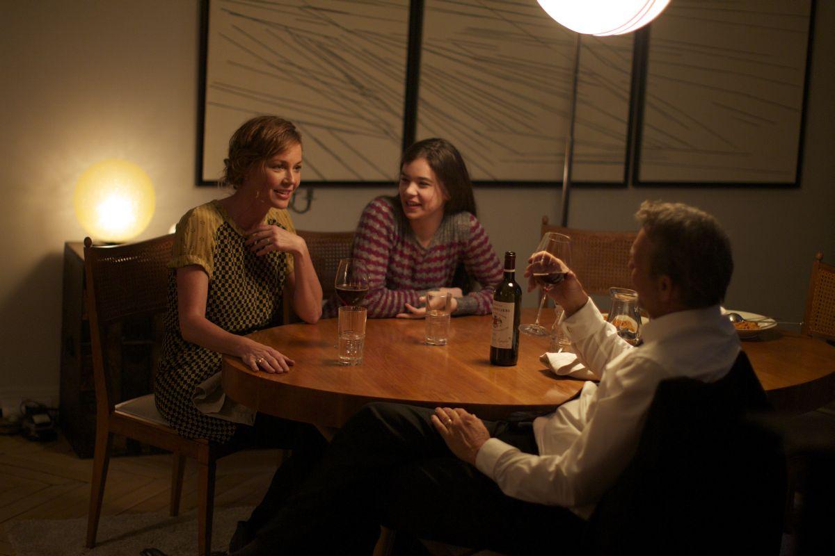 3 Days to Kill: la famiglia Renner riunita a tavola in una scena del film