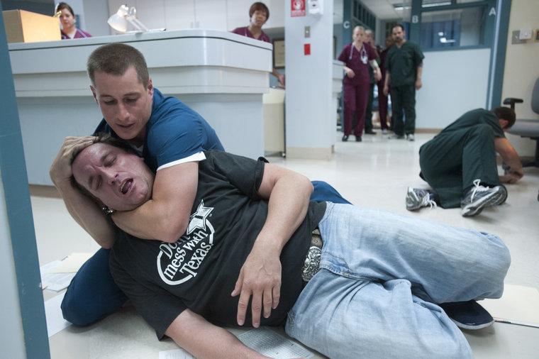 The Night Shift: Brendan Fehr in una scena del pilot