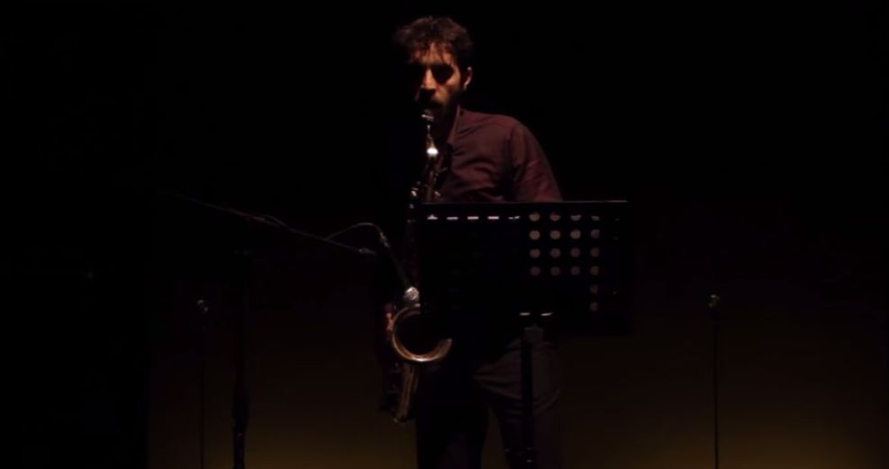 Assolo: Antonio De Matteo sul palco con il suo sassofono in una scena del film