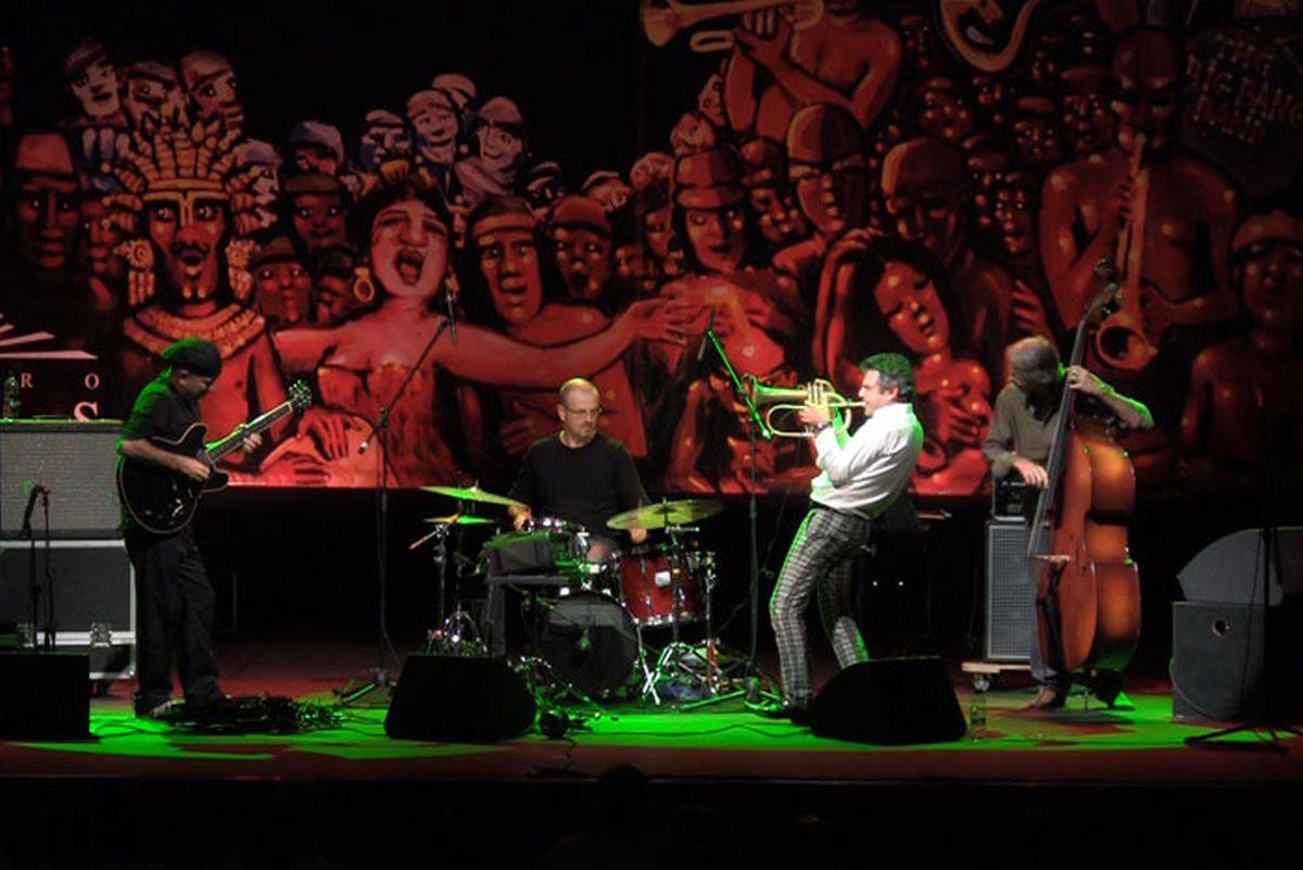 365 - Paolo Fresu, il tempo di un viaggio: il jazzista Paolo Fresu in una scena del documentario musicale a lui dedicato