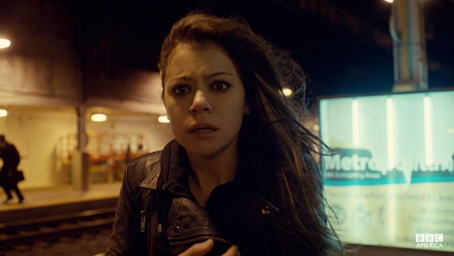 Orphan Black: Tatiana Maslany in una scena del primo episodio della serie
