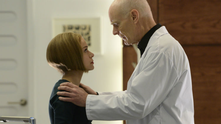 Orphan Black: Tatiana Maslany e Matt Frewer nell'episodio Knowledge Of Causes, And Secret Motion Of Things