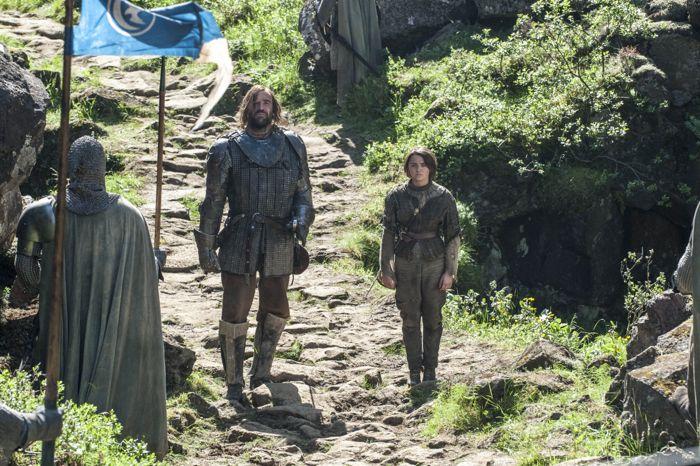 Il trono di spade: Maisie Williams e Rory McCan nell'episodio The Mountain and the Viper