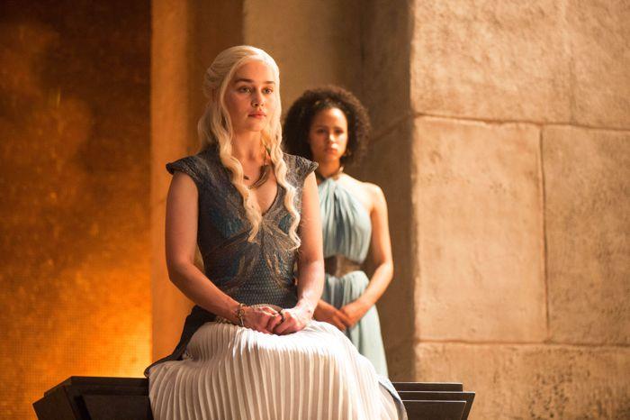Il trono di spade: Nathalie Emmanuel ed Emilia Clarke in una scena di The Mountain and the Viper