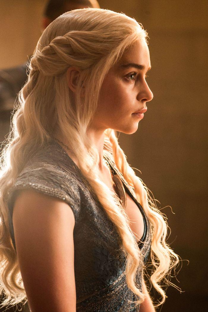 Il trono di spade: Emilia Clarke in un momento dell'episodio The Mountain and the Viper