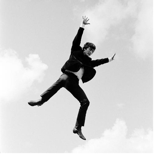 A Hard Day's Night - Tutti contro uno: John Lennon in volo verso la celebrità in una scena del documentario incentrato sui Beatles