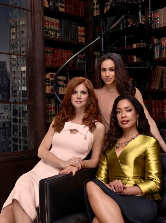 Suits: Gina Torres, Sarah Rafferty e Meghan Markle in un'immagine promozionale della quarta stagione