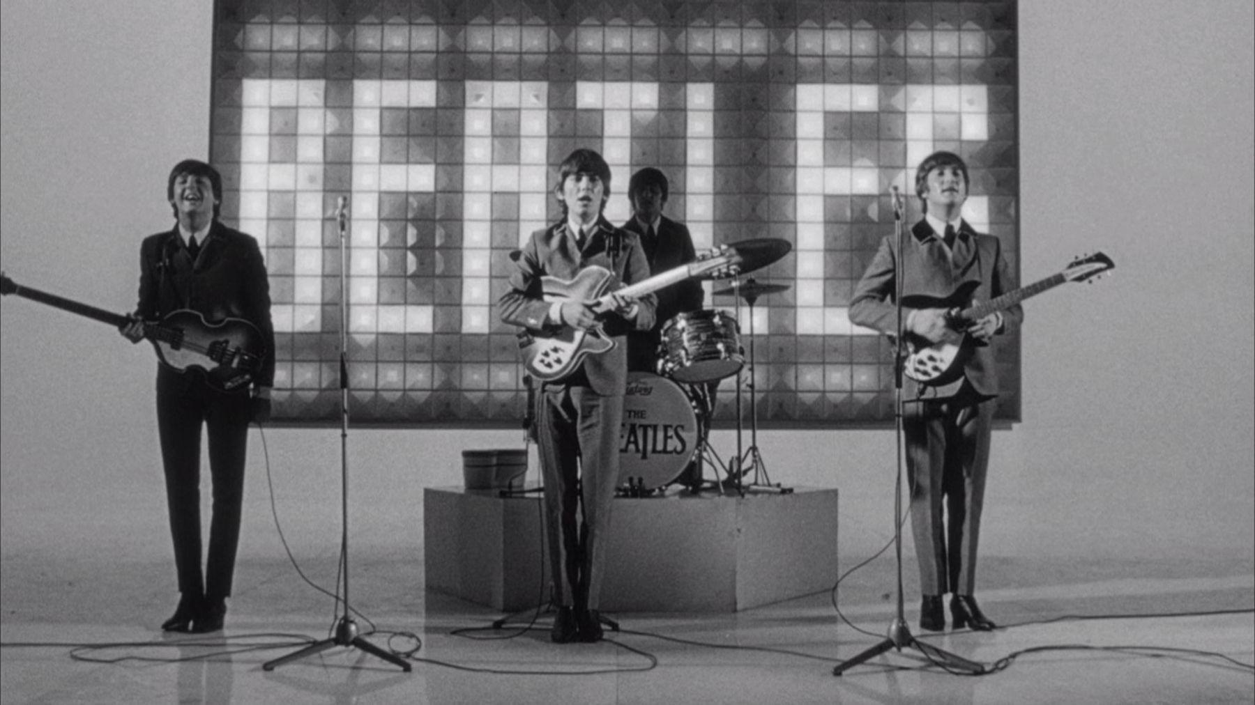 A Hard Day's Night - Tutti contro uno: i Beatles in bianco e nero in una scena dello storico documentario