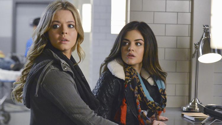 Pretty Little Liars: Lucy Hale e Sasha Pieterse nell'episodio EscApe From New York