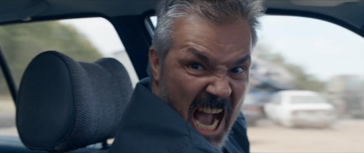 Vytautas Kaniusonis furibondo in una scena del film