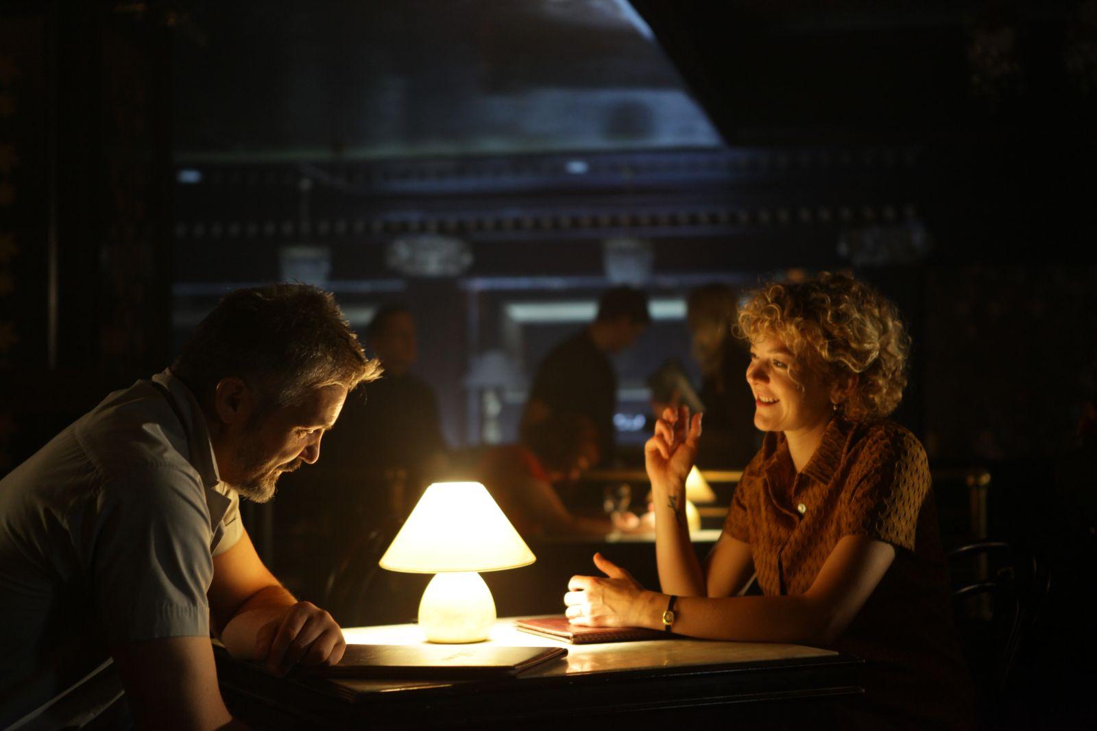 The Gambler: Vytautas Kaniusonis con Oona Mekas in una scena del film