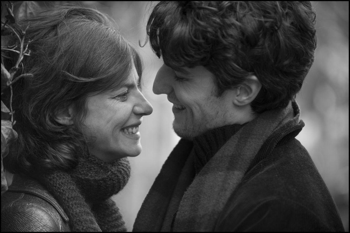 La gelosia: Louis Garrel e Anna Mouglalis sorridono in una scena