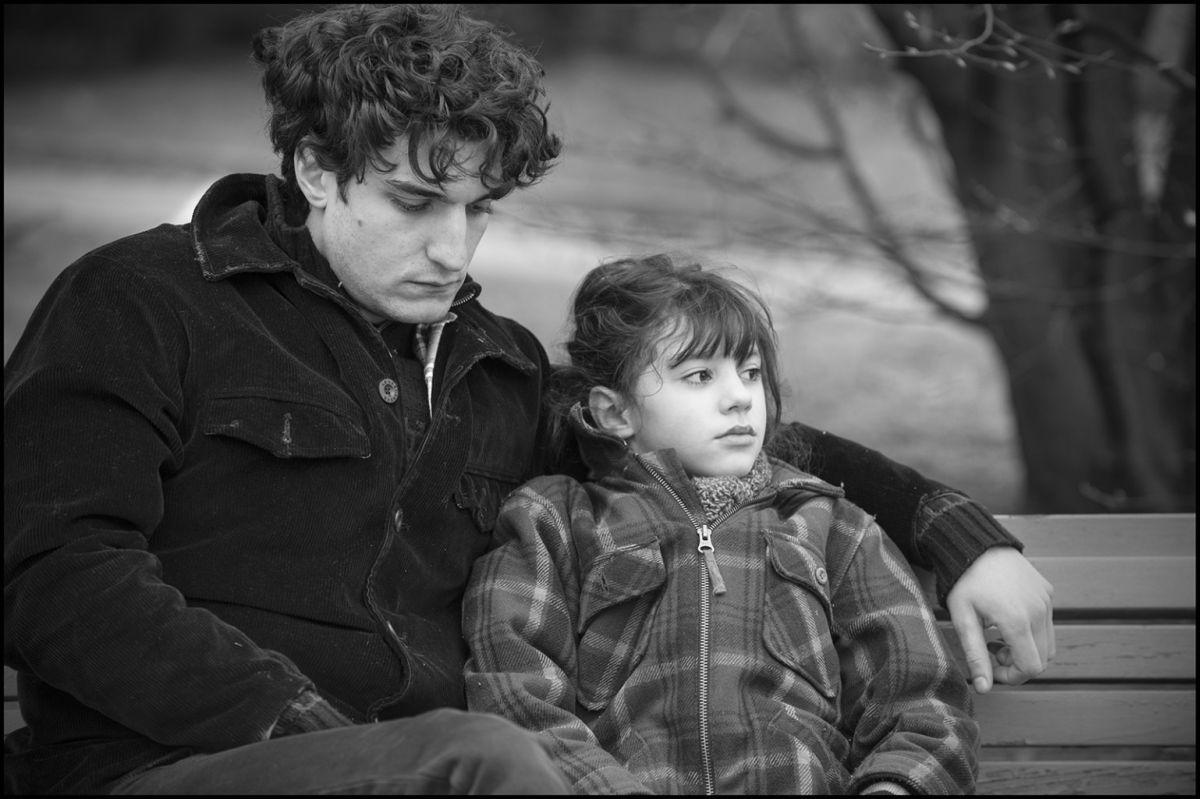 La gelosia: Louis Garrel con la piccola Olga Milshtein in una scena