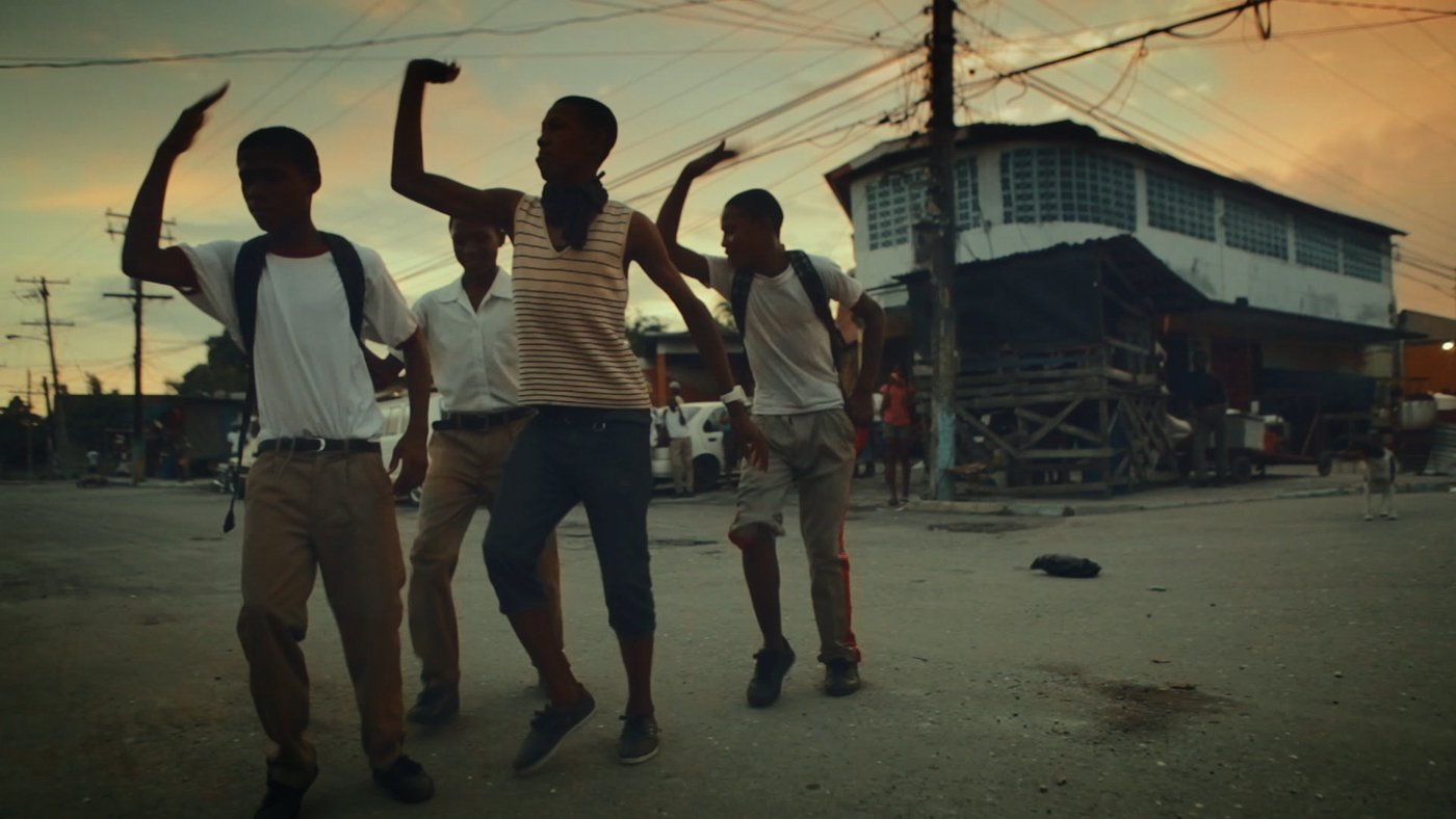 Journey to Jah - Viaggio nel Reggae: ragazzi giamaicani danzano in una scena del documentario