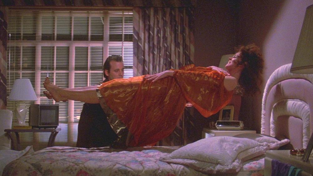 Ghostbusters - Sigourney Weaver levita sul letto.